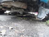 Автомобиль Subaru Forester после ДТП вид под машиной