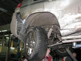 Поврежденное правое заднее колесо и стойка автомобиля Toyota Land Cruiser 150 после ДТП