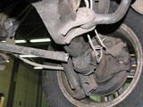 Поврежденное правое заднее колесо и стойка автомобиля Toyota Land Cruiser 150 после ДТП - вид снизу